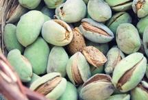 "Almond / Η L'OCCITANE αιχμαλώτισε τις θρεπτικές και καλλωπιστικές ιδιότητες του Αμυγδάλου για τη δημιουργία της φυσικής καλλυντικής φροντίδας σώματος Almond. Από Αμυγδαλιές της Ορεινής Προβηγκίας, η σειρά Almond, υποστηρίζει την αειφόρο ανάπτυξη των αμυγδαλιών της περιοχής, που είναι άλλωστε και η πηγή ομορφιάς της Προβηγκίας. Για να μάθετε περισσότερα για την καλλιέργεια των αμυγδαλιών της Προβηγκίας και τους άπειρους τρόπους χρήσης, επισκεφθείτε το περιοδικό μας στο διαδίκτυο ""FantasticProvence.com""."