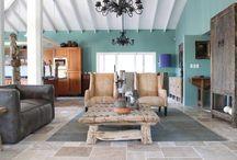Ibiza style interieurs / Kleurige elementen om een hippie-achtige stijl geven je huis meteen een vrolijke en gezellige uitstraling. Een Ibiza-interieur wordt gekenmerkt door het gebruik van natuurlijke materialen. Een natuursteen vloer vormt samen met materialen zoals hout en linnen de basis van je inrichting.