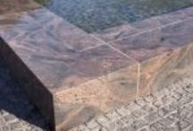 Rakennuskivet / Kivi kestää muuttamattomana satoja vuosia. Suomen graniittisten kivien laatu on korkealuokkainen ja niiden runsas värivalikoima ja monimuotoinen kuviorakenne tarjoaa valinnanvaraa suunnittelijoille. Kivirakenteet antavat hyvät mahdollisuudet ympäristön maisemointiin.