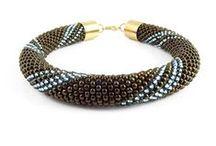 Bransoletki Seed Beads / Seed Beads Bracelets - Tarragon Art / Seed Beads to wyjątkowa kolekcja biżuterii w stylu casual. Bransoletki, naszyjniki oraz kolczyki, misternie utkane z drobnych szklanych koralików, z zastosowaniem takich pracochłonnych technik jak beading czy crochet beading. W projektach wykorzystywane są, znane ze swojej wysokiej jakości, japońskie koraliki Toho Round lub czeskie koraliki Preciosa Farfalle. Biżuteria z kolekcji Seed Beads to niezastąpiony dodatek do codziennych modowych stylizacji!