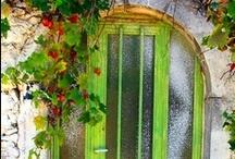 Deure / Daar is net iets aan 'n deur wat my bekoor.  (Miskien is dit nuuskierigheid oor wat daar agter die deur gebeur, oor wie daar woon, wat is die lief en die leed...)