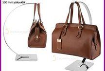Çanta Askılıkları / Mağaza dekorasyonlarında kullanılan çantaların teşhir edildiği ürünlerdir. Tekli çanta askılığı, çiftli çanta askılığı gibi ürünler mevcuttur. Raf üstü ve orta stand üstlerinde kullanılmaktadır. Vitrin dekorasyonlarında da kullanılır