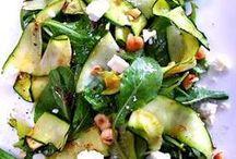 Zomergerechten / Bij de warme dagen wil je lekkere frisse lichte gerechten. Deze gerechten zijn in eerste instantie om lekker van te genieten en daarnaast ook nog eens supergezond! Eet lekker licht. Zwaar eten verergert Pitta-Kapha uitslag irritatie en lethargie. Eet in de zomer een Pitta en Kapha verzachtend dieet met koud en samentrekkend voedsel. Vermijd alcohol en ander gefermenteerd eten met een zure smaak. Neem in plaats daarvan bittere smaken.