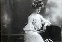 1900s - Edwardian hairstyles and jewelry / 1900-1910s hairstyles, hair care, photographs, jewellery, ring, bracelet, brooch, necklace, collier, watch, marcel wave irons, hair combs, hair pins, hair accessories, hair ornaments ...