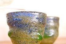 琉球稲嶺ガラス / 稲嶺盛吉さんの琉球稲嶺ガラスをご紹介しています。稲嶺盛吉さんは、常に新しい技法に取り組み、 ガラスの造形的な可能性を追求していらっしゃいます。  その手から生まれる琉球稲嶺ガラスは、 廃瓶のガラスを、自然にうまれる色のままでよみがえらせたもの。 その肌合いは、まるで陶器のようなぬくもりがあります。