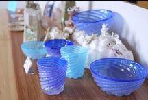 源河源吉さんの琉球ガラス / 沖縄の読谷村で制作活動をされている源河源吉さん。 彼の作る琉球ガラスの作品は、 沖縄の美ら海をテーマにした、海の色のガラス器です。