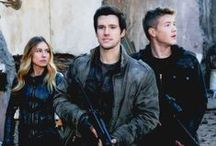 Falling Skies & The 100 / Two awesome sci-fi-series with lot of guns and shooting! :'D