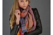 Must-haves Foulards / Besoin d'un foulard pour accessoiriser vos tenues ou d'un carré de soie pour leur apporter une touche chic ? Une étole pour les grandes occasions ? Vous cherchez une écharpe en laine fine ou en cachemire pour vous emmitoufler tout en douceur ? Diwali Paris vous propose un large choix de foulards : il y en a pour tous les styles, alors laissez-vous tenter !