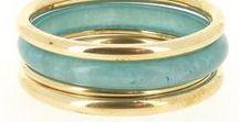 Must-haves Bracelets / Le bracelet ethnique est l'accessoire idéal pour peaufiner son style ! De la manchette dorée qui illuminera votre tenue au bracelet multi rangs en perles qui donnera du peps à votre look, Diwali Paris vous propose sa sélection qui vous fera craquer à coup sûr. La tendance bijou est à la superposition et au mélange des genres : set de bracelets pour un style bohème, bracelet ethnique, manchette argentée pour un effet simple et efficace, bracelet fantaisie à breloques pour un côté hippie…