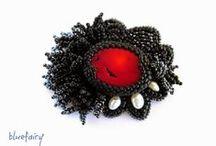 Bead embroidery brooches / Broszki wykonane techniką haftu koralikowego.