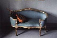 Woonstijl \\ Stijlvol & Klassiek / Deze woonstijl herkent u aan de verwijzingen naar vroeger, zoals uit de renaissance. Denk aan barokke stoelen, ornamenten en kroonluchters. De producten worden gekenmerkt door een gedetailleerde afwerking. Stijlvol & Klassiek is een statige en elegante woonstijl met romantische invloeden. Hier worden naturellen, grijstinten en zwart gebruikt, maar ook rood, pastellen en wit. http://haskerkroon.nl/interieur/5-woonstijlen/stijlvol-en-klassiek/