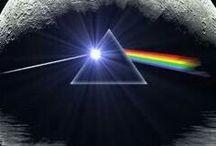 Pink Floyd / I Pink Floyd sono stati un gruppo musicale rock britannico formatosi nella seconda metà degli anni sessanta che, nel corso di una lunga e travagliata carriera, è riuscito a riscrivere le tendenze musicali della propria epoca, diventando uno dei gruppi più importanti della storia. Sebbene agli inizi si siano dedicati prevalentemente alla musica psichedelica e allo space rock, il genere che meglio definisce l'opera dei Pink Floyd