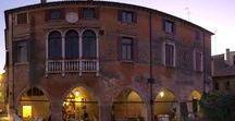 Treviso città d'acqua / La città sorge sulla media pianura veneta, in una zona ricca di risorse idriche: numerose sono le sorgenti risorgive, localmente dette fontanassi. Entro lo stesso territorio comunale nascono numerosi fiumi di risorgiva dei quali il più importante è il Botteniga. Quest'ultimo, dopo aver ricevuto le acque di Pegorile e Piavesella, oltrepassa le mura all'altezza del Ponte de Pria e si divide poi nei diversi rami, detti cagnani (Cagnan Grande, Buranelli, Roggia).
