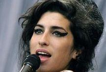 Amy Winehouse / Amy Jade Winehouse (Londra, 14 settembre 1983 – Londra, 23 luglio 2011) è stata una cantautrice, stilista, produttrice discografica e chitarrista britannica.
