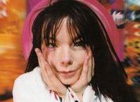 Bjork / Björk Guðmundsdóttir, meglio nota come Björk (Reykjavík, 21 novembre 1965), è una cantautrice, compositrice, produttrice discografica, attrice e attivista islandese. Musicista e attrice dotata di capacità vocali fuori dal comune, è celebre per il suo stile musicale largamente eclettico, comprendente molti differenti generi come techno, alternative rock, jazz, elettronica, musica classica, trip hop, musica sperimentale, musica minimalista e d'avanguardia.