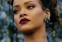 Riri / Rihanna, pseudonimo di Robyn Rihanna Fenty ( Saint Michael, 20 febbraio 1988), è una cantante, attrice e modella barbadiana, prima artista della sua nazione a vincere un Grammy Award. Si è trasferita negli Stati Uniti d'America all'età di 16 anni grazie a un contratto discografico, sotto la guida di Evan Rogers.[8] Ha debuttato nel 2005 all'età di 17 anni con l'album Music of the Sun, entrato alla decima posizione della Billboard 200, e il singolo di successo Pon de Replay