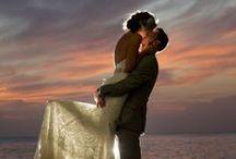 Al caer la noche / El escenario de una boda importa y mucho. Atardeceres de ensueño en playas y calas idílicas para dar el ¡sí quiero!.