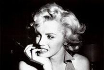 Marilyn Monroe / Marilyn Monroe  1926-1962 pseudoniem van Norma Jean Mortenson; kerkelijke doopnaam: Norma Jean Baker, (Los Angeles, 1 juni 1926 – aldaar, 5 augustus 1962), was een Amerikaanse actrice en zangeres. Zij werd als sekssymbool een icoon in de jaren vijftig.