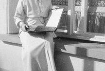 Con un álbum en el balcón imperial / Las grandes duquesas Olga y Tatiana posan en el balcón imperial del Palacio Alejandro ojeando un álbum