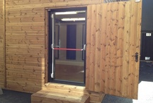 Dulwich College / Boxy E level room installed into a shed at Dulwich College. The school managed to turn this old skip yard into a new space for music practice keeping both students and teachers happy.