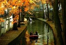 Holanda / Navegar es un estilo de vida en los Paises Bajos. Este país cuenta con una red de canales muy completa que te llevarán a donde quieras ir. La región de Friesland, en el norte, es perfecta para los deportes acuáticos.