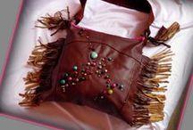 Rojtos-gyöngyös bőrtáska - Judy Majoros / Újrafelhasznált alapanyagokból kézzel készült egyedi bőr táska.Megtekinthető még a www.facebook.com/judymajorosdesign oldalon. Köszönöm az érdeklődést! :)  Handmade by Judy Majoros - Fringe leather beaded hobo bag. Shoulder bag.Recycled bag
