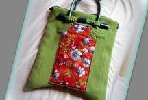 Zöld-piros virágos gyapjútáska - Judy Majoros / Újrafelhasznált alapanyagokból kézzel készült egyedi gyapjú táska. Megvásárolható:http://www.meska.hu/ProductView/index/1134869 vagy a www.facebook.com/judymajorosdesign oldalakon. Köszönöm az érdeklődést! :)