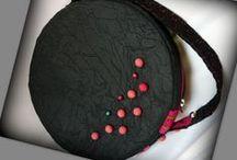 Fekete-pink körtáska - Judy Majoros / Újrafelhasznált alapanyagokból kézzel készült egyedi körtáska. Megtekinthető még: www.facebook.com/judymajorosdesign oldalakon. Köszönöm az érdeklődést! :) Handmade by Judy Majoros - Beaded round crossbody bag- shoulder bag. Recycled bag. Black-pink