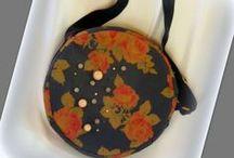 Vintage rózsás körtáska - Judy Majoros / Újrafelhasznált alapanyagokból kézzel készült egyedi körtáska. Megtekinthető még a www.facebook.com/judymajorosdesign oldalon. Köszönöm az érdeklődést! :) Handmade by Judy Majoros - Vintage- Rose- round -silk -crossbody bag- shoulder bag. Recycled bag