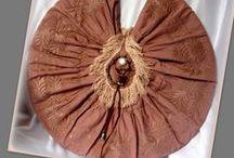 Napkorong körtáska - Judy Majoros / Újrafelhasznált alapanyagokból kézzel készült egyedi körtáska. Megtekinthető még a www.facebook.com/judymajorosdesign oldalon. Köszönöm az érdeklődést! :) Handmade by Judy Majoros - Fringe round bag. Recycled bag