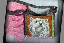 Kutyusos táska - Judy Majoros / Újrafelhasznált alapanyagokból kézzel készült egyedi textil táska. Megvásárolható:http://www.meska.hu/ProductView/index/1159781 vagy a www.facebook.com/judymajorosdesign oldalakon. Köszönöm az érdeklődést! :) Handmade by Judy Majoros - Multi colour dog crossbody bag. Crochet bag. Recycled bag