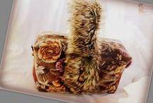 Szőrmés-virágos bársonytáska - Judy Majoros / Újrafelhasznált alapanyagokból kézzel készült egyedi kézitáska. Megtekinthető még a www.facebook.com/judymajorosdesign oldalon. Köszönöm az érdeklődést! :) Handmade by Judy Majoros - Rose velvet faux fur and leather handbag-evening bag.Recycled bag