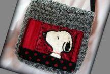 Snoopy-táska - Judy Majoros / Újrafelhasznált alapanyagokból kézzel készült egyedi táska. megtekinthető még a www.facebook.com/judymajorosdesign oldalon. Köszönöm az érdeklődést! :) Handmade by Judy Majoros - Snoopy faux fur crossbody recycled bag, polka dots, gray-plack-red-white