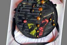 Szürke bohém körtáska - Judy Majoros / Újrafelhasznált alapanyagokból kézzel készült egyedi körtáska. megtekinthető még:  a www.facebook.com/judymajorosdesign oldalon. Köszönöm az érdeklődést! :) Handmade by Judy Majoros - Beaded round crossbody bag- shoulder bag.- Recycled bag. -striped-black-grey-red-green-crochet-lace