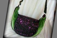 Zöld-lila bohém táska - Judy Majoros / Újrafelhasznált alapanyagokból kézzel készült egyedi táska. Megtekinthető a www.facebook.com/judymajorosdesign oldalon. Köszönöm az érdeklődést! :) Handmade by Judy Majoros - Green velvet and purple-black lace beaded boho bag. Crossbody bag. Recycled bag