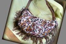 Rojtos bohém nyári táska - Judy Majoros / Újrafelhasznált alapanyagokból kézzel készült egyedi táska. Megtekinthető a www.facebook.com/judymajorosdesign oldalon. Köszönöm az érdeklődést! :) Handmade by Judy Majoros - Leather fringe boho bag. shoulder bag. Crossbody bag. Multi colour. Recycled bag