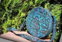 Kék körtáska - Judy Majoros / Újrafelhasznált alapanyagokból kézzel készült egyedi táska. Megtekinthető a www.facebook.com/judymajorosdesign oldalon. Köszönöm az érdeklődést! :)Handmade by Judy Majoros - Blue damask velvet round bag. Shoulder bag-crossbody bag. Recycled bag