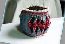 Farmer karkötő pöttyökkel - Judy Majoros / Újrafelhasznált alapanyagokból kézzel készített egyedi karkötő. Megtekinthető még a www.facebook.com/judymajorosdesign oldalon. Köszönöm az érdeklődést! :) Handmade by Judy Majoros - Denim Cuff, Fabric Bracelet, Beaded Recycled bracelet
