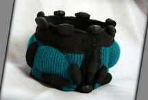 Kötött türkiz karkötő - Judy Majoros / Újrafelhasznált alapanyagokból kézzel készített egyedi textilékszer.Megtekinthető még a www.facebook.com/judymajorosdesign oldalon. Köszönöm az érdeklődést! :) Handmade by Judy Majoros - Bubble Turquoise knitted and leather -beaded bracelet -cuff, Recycled bracelet