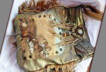 Arany rojtos táska - Judy Majoros / Újrafelhasznált alapanyagokból kézzel készített egyedi táska. megtekinthető még a www.facebook.com/judymajorosdesign oldalon. Köszönöm az érdeklődést! :) Handmade by Judy Majoros - Fringe denim-gold -denim boho bag with horses. Recycled bag. beaded-leather ringe-lace-stud