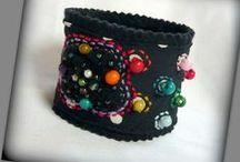 Pöttyös gyöngyös karkötő - Judy Majoros / Újrafelhasznált alapanyagokból kézzel készített egyedi textilékszer. Megtekinthető még a www.facebook.com/judymajorosdesign oldalon. Köszönöm az érdeklődést! :)   Handmade by Judy Majoros - Beaded -polka dots-fabric bracelet -cuff, Recycled bracelet