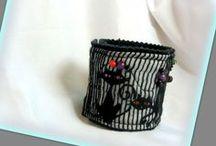 Cicás karkötő - Judy Majoros / Újrafelhasznált alapanyagokból kézzel készített egyedi textilékszer. Megtekinthető még a www.facebook.com/judymajorosdesign oldalon. Köszönöm az érdeklődést! :)  Handmade by Judy Majoros - Cats Fabric beaded bracelet -cuff, Recycled bracelet