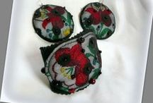 Hímzett karkötő-fülbevaló szett - Judy Majoros / Újrafelhasznált alapanyagokból kézzel készített egyedi textilékszer. Megtekinthető még a www.facebook.com/judymajorosdesign oldalon. Köszönöm az érdeklődést! :) Handmade by Judy Majoros - Kalocsai Embroidery - Hungarian polka dots earring and bracelet. Recycled earring and bracelet. Polka dots tulle-black felt, beaded.