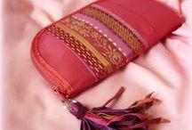 Piros-rojtos pénztárca - Judy Majoros / Újrafelhasznált alapanyagokból kézzel készített egyedi táska. megtekinthető még a www.facebook.com/judymajorosdesign oldalon. Köszönöm az érdeklődést! :) Handmade by Judy Majoros - Red fringe wallet-clutch with multicolour leather fringe. Recycled wallet-bag.