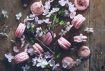 Macarons / Wer liebt sie nicht, die kleinen Kostbarkeiten? Pistazie, Rose, Vanille oder schwarzer Sesam, diese und viele andere Macaron-Rezepte gibt es hier.