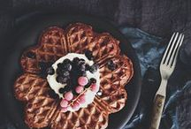 Waffeln / Waffles / Warm und duftend aus dem Waffeleisen, wer liebt Waffeln nicht? Hier ist eine feine Auswahl an Rezepten für Belgische Waffeln, Herzwaffeln, Süßkartoffel-Waffeln, vegane Waffeln...