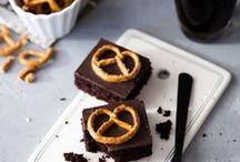 Brownies / Blondies / Schokoladig, fudgy, noch warm aus dem Ofen, hier gibt es die besten Rezepte für Brownies und Blondies
