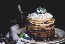 Pfannkuchen / Pancakes / Ein ganzer Stapel Pancakes mit Blaubeeren und Ahornsirup, feine Crêpes oder klassische Pfannkuchen - hier gibt es alle Rezepte.