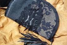 Fekete rojtos pénztárca-clutch, zsinóros díszítéssel - Judy Majoros / Újrafelhasznált alapanyagokból kézzel készített egyedi táska. megtekinthető még a www.facebook.com/judymajorosdesign oldalon. Köszönöm az érdeklődést! :) Handmade by Judy Majoros - Black fringe wallet-clutch with corded decoration, and leather fringe. Recycled wallet-bag.