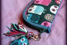 Baglyos-rojtos pénztárca-clutch - Judy Majoros / Újrafelhasznált alapanyagokból kézzel készített egyedi táska. megtekinthető még a www.facebook.com/judymajorosdesign oldalon. Köszönöm az érdeklődést! :) Handmade by Judy Majoros -Owl-knited fringe wallet-clutch with multicolour leather fringe. Recycled wallet-bag.